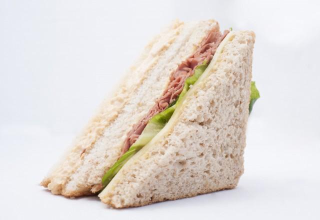 sandwich de pollo y salami